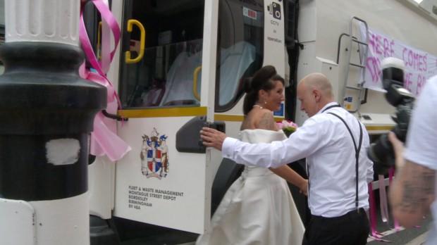 Maşina de gunoi – mijlocul ideal de a ajunge la nuntă 2
