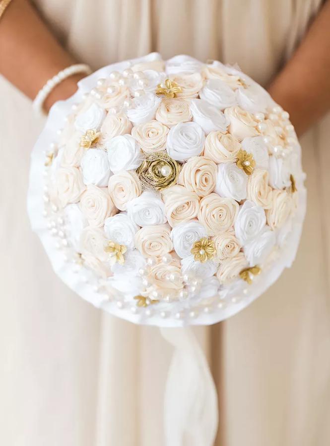 buchet mireasa cu trandafiri alb si crem si perle