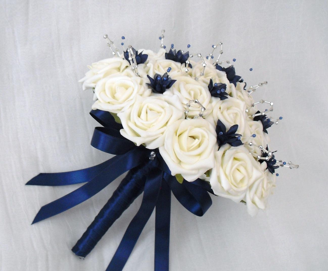 buchet mireasa cu trandafiri albi si albastru